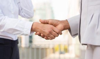 profissionais-de-negócios-apertando-a- mãos