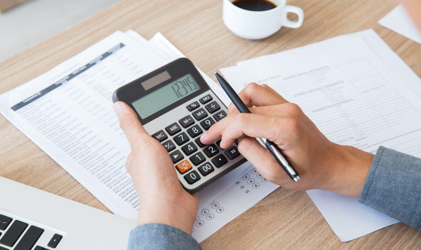 financas-contabilidade-papel-mesa-usando-