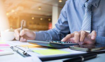 o-negocio-financa-homem-calculo-orcamento-numeros-faturas-e-consultor-financeiro-trabalhando-